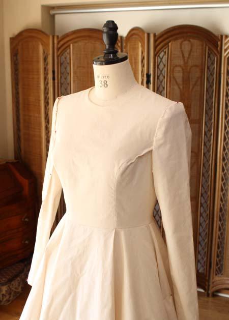 ネックラインと、スリーブ、胸元の仮縫い シーチングドレス