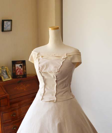 ウェディングドレスの仮縫い オフショルダートップスの修正