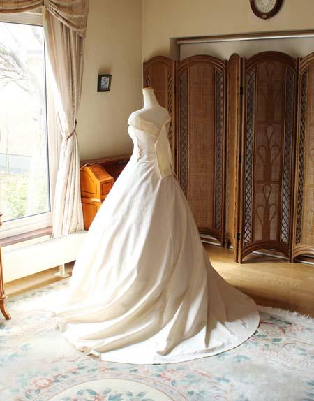 ウェディングドレスの仮縫い スカートシルエットとバックスタイル オーダーメイド