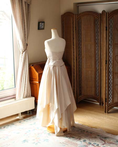スカート ドレスの後ろ姿 仮縫い