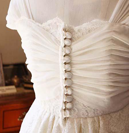 ウェディングドレスの背中 包みボタン