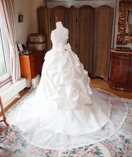 ウェディングドレスのシルエット バックスタイル