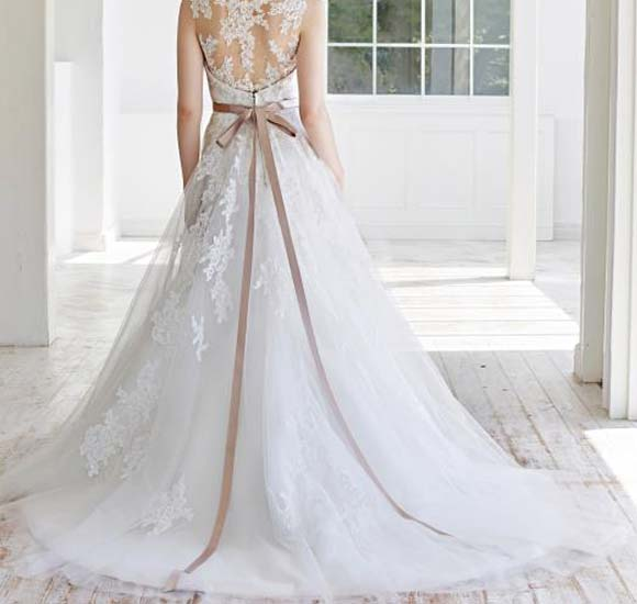 背中の露出を抑えたエレガントなドレス姿