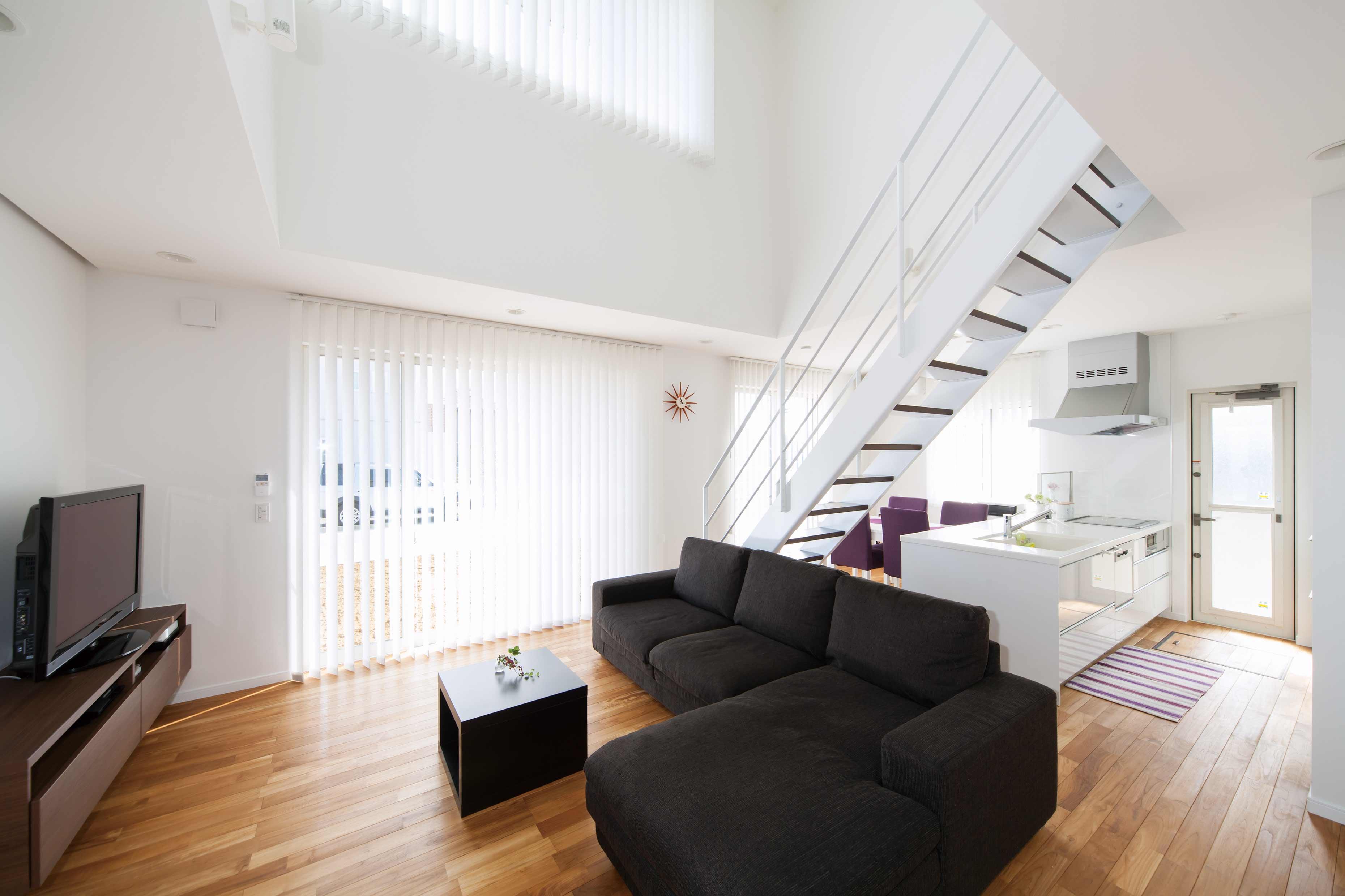 キッチン 背面収納 キッチン : 吹抜けに浮かぶリビング階段 ...