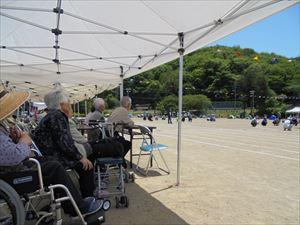 川口小学校の運動会の応援です。天気も良く元気な子供たちに皆さん笑顔いっぱいです。