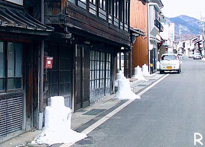 街道の雪灯籠