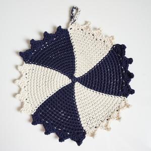スパイラル模様の手編みの鍋敷き