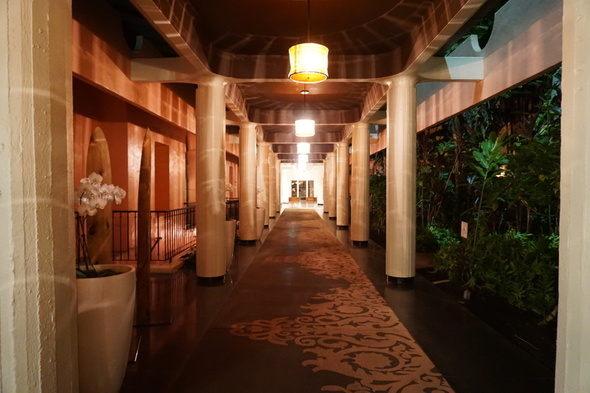 ロイヤルハワイアンホテル ホテル内 夜