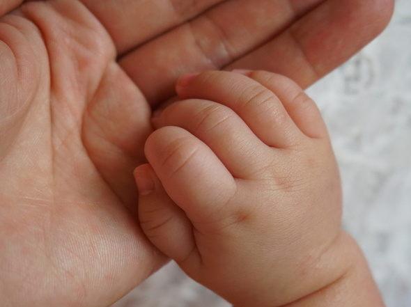 赤ちゃん誕生・新生児・手