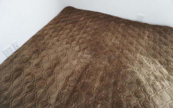 ほわほわタッチで布団に入った時のひんやり感も防ぎ、床からの冷気もブロックする冬の寝具敷きパッド