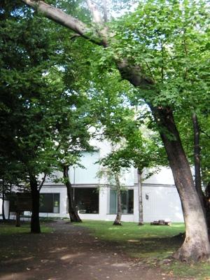 札幌_知事公館の庭園から望む道立三岸好太郎美術館/Migishi Kotaro Museum of Art, Hokkaido