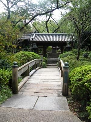高輪庭園_山門・青銅灯篭Gate of Temple・Bronze Lantern