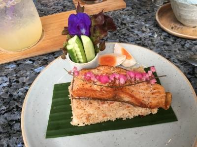 サーモンステーキとカオパッドサムイ島タイ料理クリームカフェ