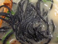 何が黒いのかと思ったら麺が黒い