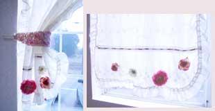 カーテンフラワー窓辺でお花