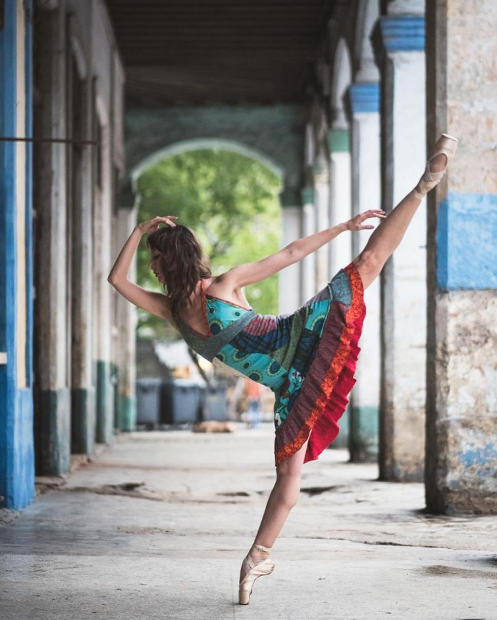 Ballet-Dancers-on-the-Candid-Streets-of-Cuba-10.jpg