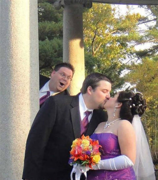 hilarious_examples_of_unexpected_wedding_photobombs_640_29.jpg