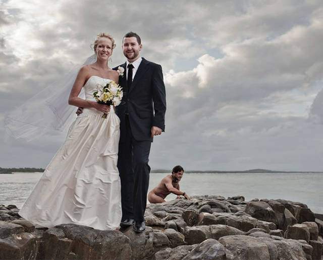 hilarious_examples_of_unexpected_wedding_photobombs_640_21.jpg