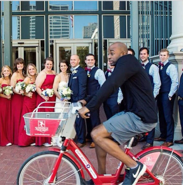 hilarious_examples_of_unexpected_wedding_photobombs_640_02.jpg
