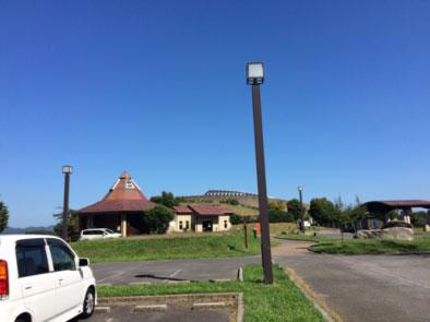 駐車場からの草野心平記念文学館