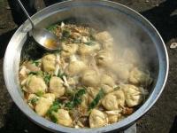 エコとだネットワークの芋煮会。ぐつぐつと美味しそうに煮えています。