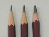 同じ三菱鉛筆のユニでも心の太さが違います。