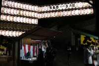 入口は提灯が飾られ明るい放生寺様