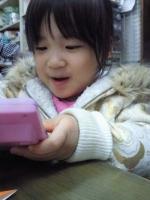 お店で電卓をたたいている蕾ちゃん。
