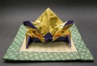 金と和紙の紫色折り紙を重ねて折った兜です。ちょっと豪華ですね。
