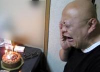バースデーケーキに嬉し泣きの三波伸一