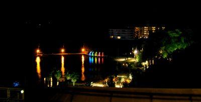 ホテルから夜景を眺める
