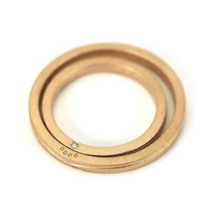 二人の指輪を重ねると肉球があらわれるマリッジリング