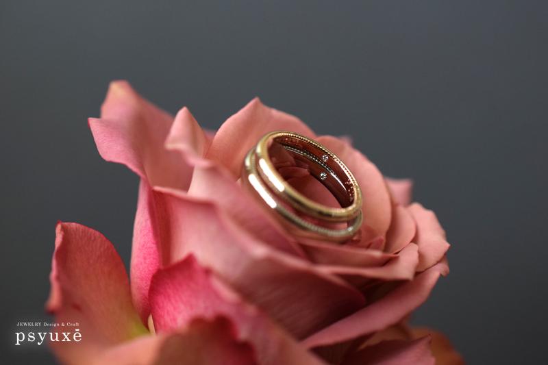 マリッジリングの内側に一粒ずつダイアモンドが留めてあります。