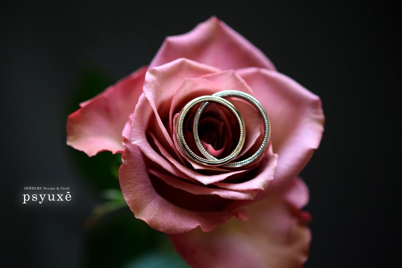 指輪の側面にミルグレインを施したオーダーメイドのマリッジリング
