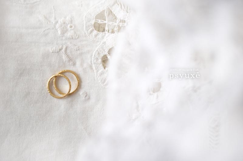 K18イエローゴールドとダイアモンドの細く手作り感のあるマリッジリング
