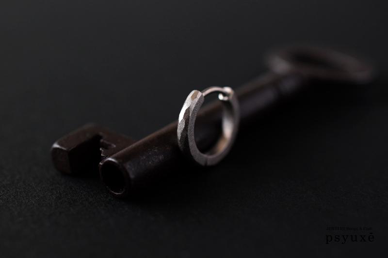 すべて手作りによるマリッジリングとお揃いのデザインのオーダーメイド・メンズピアス・K18ホワイトゴールド