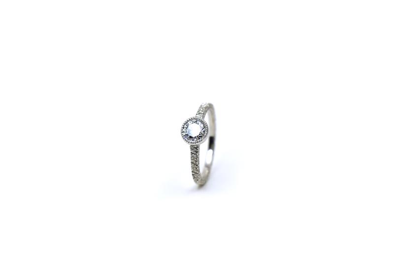 お客様がお持ちだったダイアモンドをご使用した、オーダーメイドのプラチナ洋彫りリングです。
