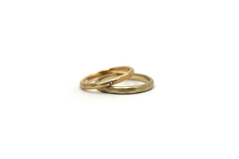 お二人の誕生石と内側に金魚の刻印があるオーダーメイドの結婚指輪です。