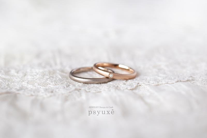 アンティーク調のミルグレインでダイアモンドを留めたオーダーメイド・マリッジリングです。