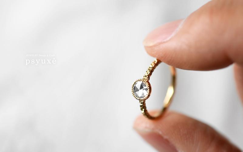 透明度の高いローズカット・ダイアモンドの石座の下に、プラチナプレートをお入れしたエンゲージリングです。