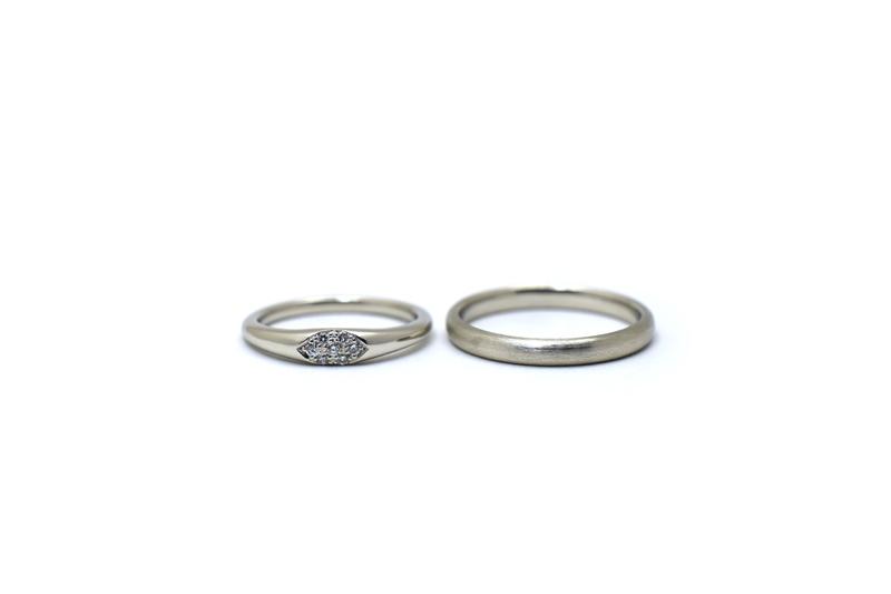 ダイアモンドのパヴェとヘアラインが素敵なプラチナのマリッジリングです。
