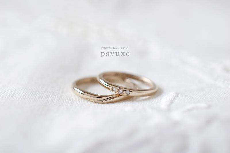 お二人のイニシャルとオリーブの葉っぱのレーザー刻印をお入れしたK18シャンパンゴールドのご結婚指輪です。