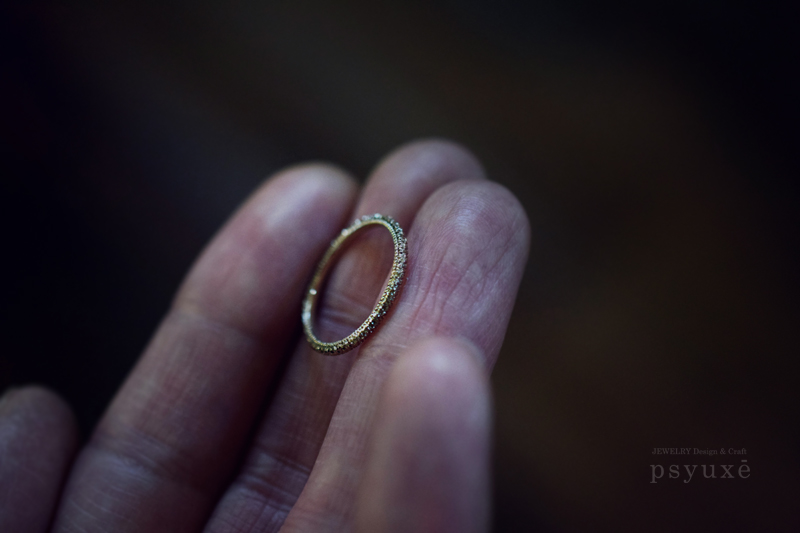 お二人それぞれ、お好みの幅や仕上げで制作した、《Giorni Round(ジョルニ・ラウンド)》シャンパンゴールドのご結婚指輪です。