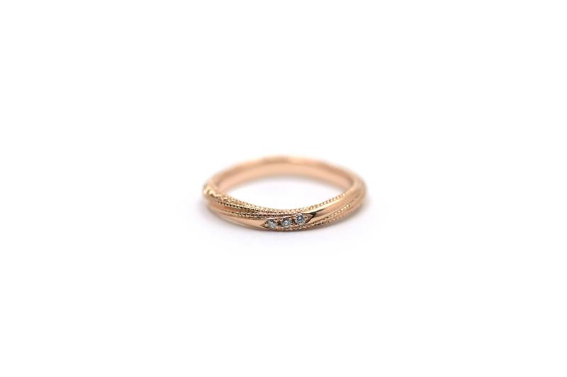 K18ピンクゴールドの洋彫りとミルグレイン、ダイアモンドを留めたマリッジリングです。