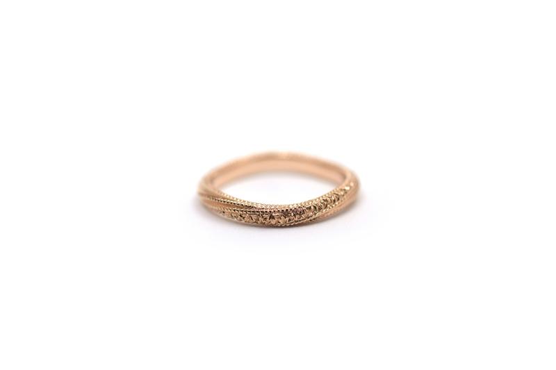 K18ピンクゴールドの洋彫りとミルグレイン、ダイアモンドを留めた結婚指輪です。