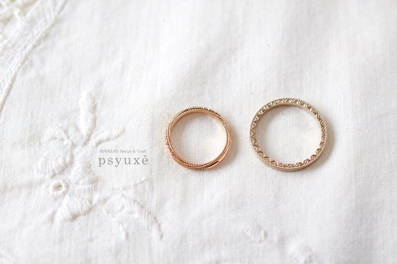 小さな光の粒子が螺旋と円を描く、側面から見たお二人のご結婚指輪です。