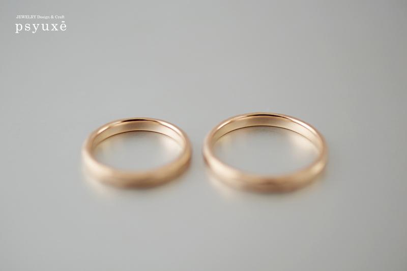 ひとつとして同じカタチのないK18ピンクゴールドのご結婚指輪です。
