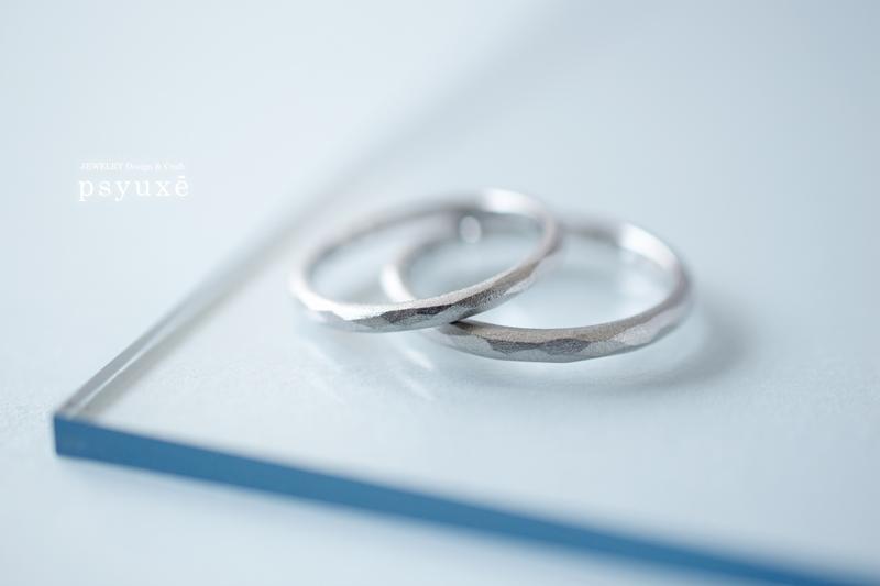 白いマットの質感が美しい細身のPT900プラチナマリッジリング