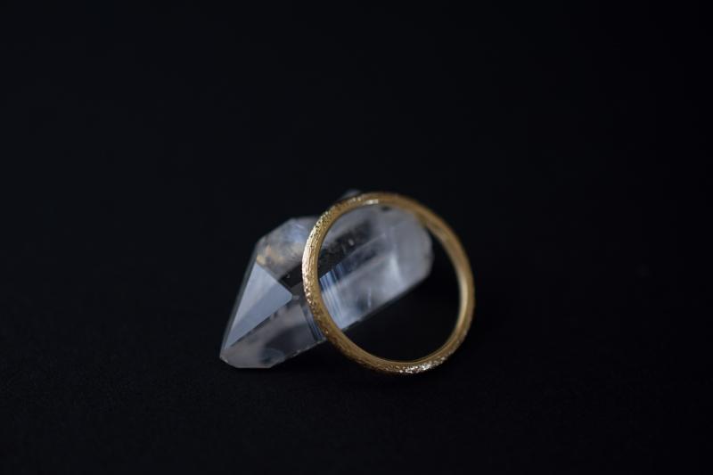 ひと彫りひと彫り手作業で「波彫り」したオリジナルテクスチャーの指輪です