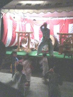お囃子のお兄さんと踊ってる子供達